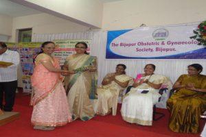 Dr.Mundewadi-giving-a-flower-bouque-to-Dr.Shailja-Patil-BLDE-Deemed-to-beUniversity-Vijayapur-23-06-2018.jpg